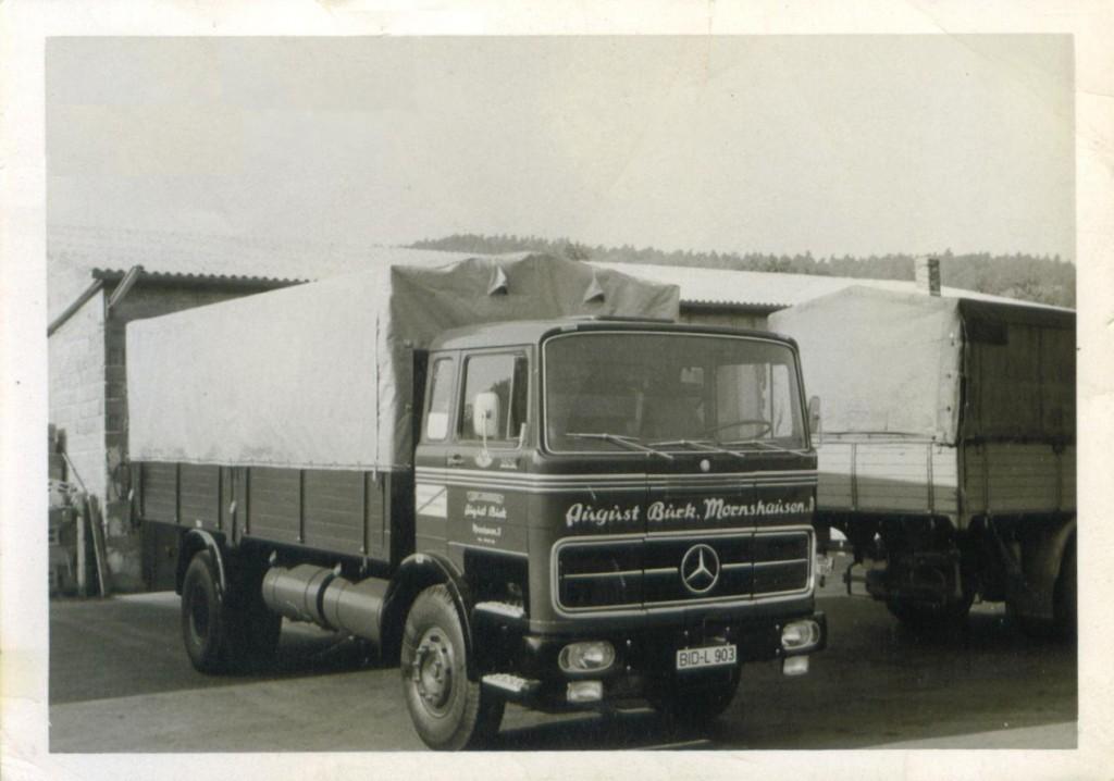 Halle und einzelner LKW alt